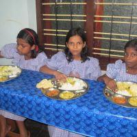 trois_filles_mangent